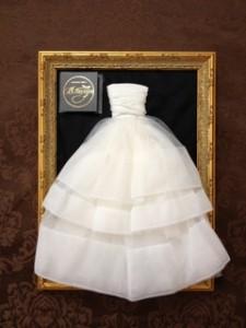 『額縁ドレス』が贈られました・・・。